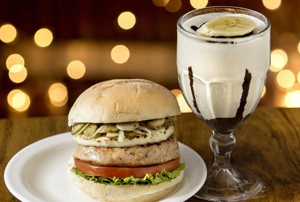 Milk Shake de Torta de Banana Home - Receita de Hambúrguer de Frango e Milk shake de banana