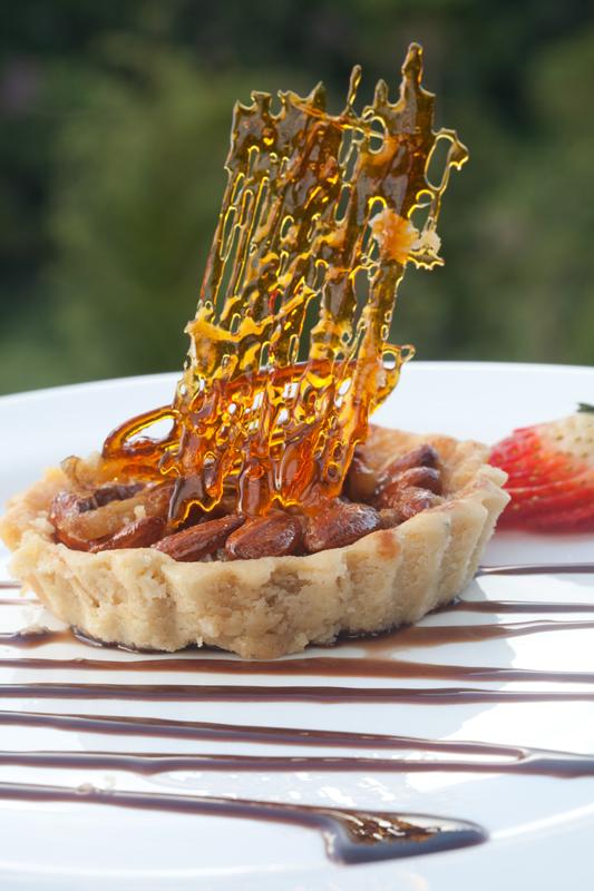 Dona Pinha Torta de amendoas com pinhoes e calda de whisky 2 - Restaurante Donna Pinha