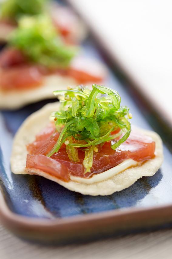 Extasia restaurante  Tostada de milho com atum marinado maionese de wasabi e salada de algas - Extásia restaurante