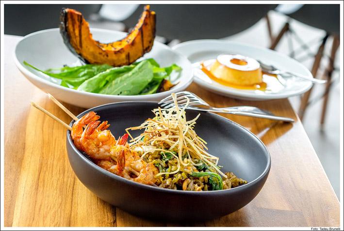 Kith Restaurante  Arroz de alho poró com molho de ostra rúcula amendoim e espetinho de camarão cred Tadeu Brunelli  - Kith Restaurante
