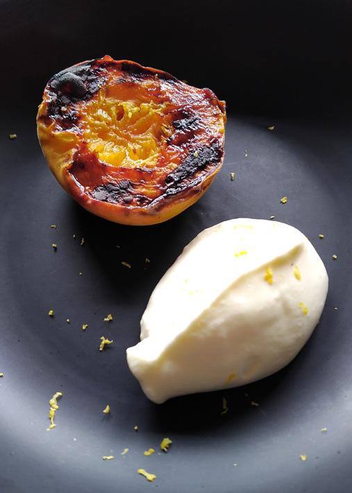 Kith Restaurante  Pessego assado com creme batido - Kith Restaurante
