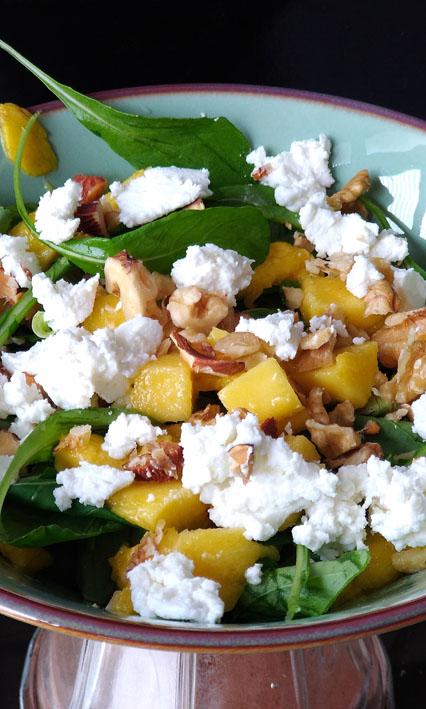 Receitas para o verão  Salada com rúculamangaqueijo de cabra nozes - Receitas para o verão