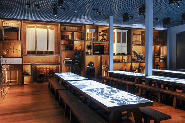 Museu da Imigração  objetos e mesas - Museu da Imigração