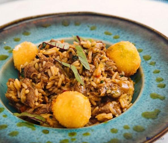 Mytho restaurante grego Dionisio Arroz de cordeiro com pipoca de queijo feta - Mytho